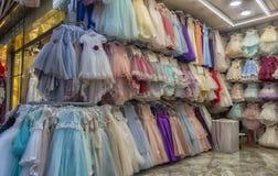 Barns eleganta festliga klänningar i ett lager i turkiska mars Royaltyfria Foton