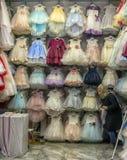 Barns eleganta festliga klänningar i ett lager i turkiska mars Arkivfoto