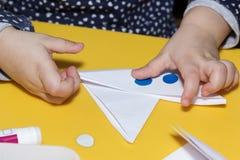 Barns fartyg för lim för handapplique royaltyfria bilder