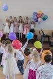Barns ferie i dagis Barn på etapp utför framme av föräldrar bild av suddighetsunges show på etapp på skolan Royaltyfria Foton