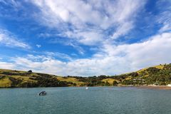 Barns fjärd, Akaroa, Nya Zeeland, a-sikt från hamnplatsen arkivfoton