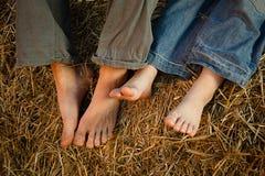 Barns fot i höet fotografering för bildbyråer