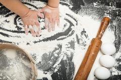 Barns händer i mjöl, sikt, kavel fotografering för bildbyråer