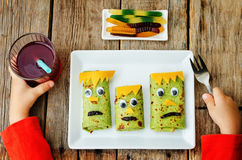 Barns händer med lunch för allhelgonaafton Arkivfoton
