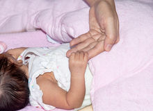 Barns hand med mjukhet Arkivfoton