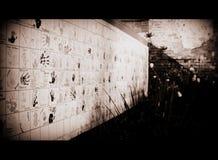 Barns hand skrivar ut på den lokala väggen i historiskt område i svartvitt royaltyfri foto