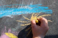Barns hand som tecknar arkivbilder