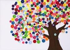Barns hantverk av ett träd som göras av knappar Fotografering för Bildbyråer