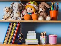 Barns hylla fotografering för bildbyråer