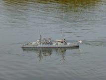 Barns kryssare för leksakkrigsskepp på sjön Skeppmodeller royaltyfri foto