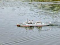 Barns kryssare för leksakkrigsskepp på vattnet Skeppmodeller arkivfoton