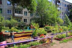 Barns lekplats om ett lägenhethus Arkivfoton