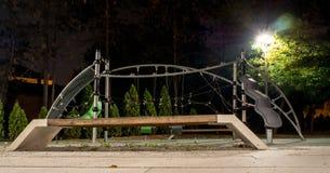 Barns lekplats på natten Oktober arkivbilder