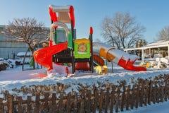 Barns lekplats täckte i insnöade Ada Huja, Belgrade fotografering för bildbyråer