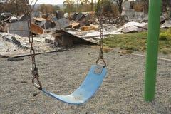 Barns lekplatsförstörelse orsakade dalbranden under den Kalifornien löpeldsäsongen 2015 i Lake County royaltyfri bild