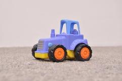 Barns leksak, blå traktor arkivbilder