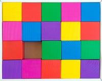 Barns leksak - mångfärgade kuber i ask (en kub inte är enouen Arkivfoton