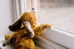 Barns leksak som ut ser fönstret Royaltyfria Bilder