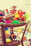 Barns leksaker i barns rum Arkivfoto
