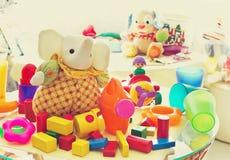 Barns leksaker i barns rum Arkivbild