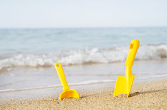 Barns leksaker på en havsstrand Fotografering för Bildbyråer