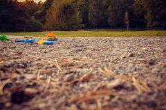 Barns leksaker på vägen i parkerar bara arkivbild