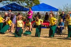 Barns lopp för säck för sportdag Arkivfoto