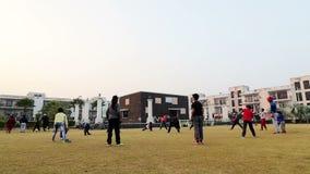 Barns parkerar görande övning offentligt Rohtak Hariyana i Indien lager videofilmer