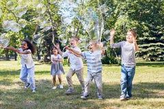 Barns parti på grönt offentligt parkerar Fotografering för Bildbyråer