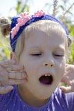 Barns sinnesrörelser av glädje Arkivfoto