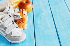 Barns skor för utomhus- sportar Arkivbild