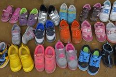 Barns skor som tas bort på ytterdörren på Namsangol den traditionella folk byn, Seoul, Sydkorea - NOVEMBER 2013 Royaltyfri Fotografi