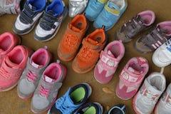 Barns skor som tas bort på ytterdörren på Namsangol den traditionella folk byn, Seoul, Sydkorea - NOVEMBER 2013 Royaltyfria Foton