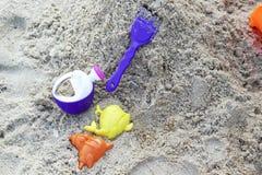 Barns strandleksaker på sand Arkivbild