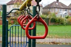Barns svängande hängningfattanden Royaltyfri Foto