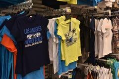 Barns T-tröja i supermarket Arkivfoto