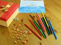 Barns teckning gjorde med kulöra blyertspennor royaltyfria foton