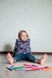 Barnsammanträde på golvet nära färgpennor och papper Liten flickateckning, målning lego för hand för byggnadsbegreppskreativitet  Royaltyfria Bilder