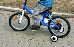 Barnsammanträdet på cykeln Arkivfoton