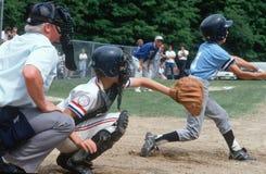 Barnserien i basebollbasketmatch Fotografering för Bildbyråer