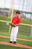 Barnserien i basebollkanna i rött se. Arkivfoto
