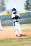 Barnserien i basebollkanna som väntar för att kasta Royaltyfri Foto