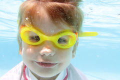 Barnsimning i den undervattens- pölen Arkivbild