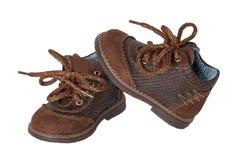 Barnskomode Ett par av elegant brunt piskar skor med s royaltyfri bild