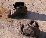 Barnskor på Donauen packar ihop, stryker skor som är minnes- till judiskt royaltyfri fotografi