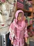 Barnskyltdocka i rosa turkiskt tyg Royaltyfri Foto