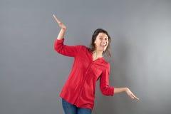 Barnslig kvinna som använder armar och händer som fågel för att flyga som flygplanet Royaltyfri Foto