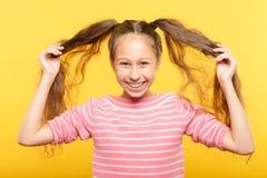 Barnsligt glat för svinsvansar för tonårs- flicka hår fotografering för bildbyråer