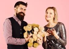 Barnsligt lynne Förälskad hållhög för par av nallebjörnar arkivbild
