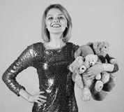 Barnsligt lynnebegrepp Damen med blont hår kramar gulliga leksakbjörnar royaltyfria bilder